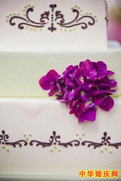 突出浪漫色彩 )    三 花亭 白色布幔和紫色鲜花组合,突出主题    四